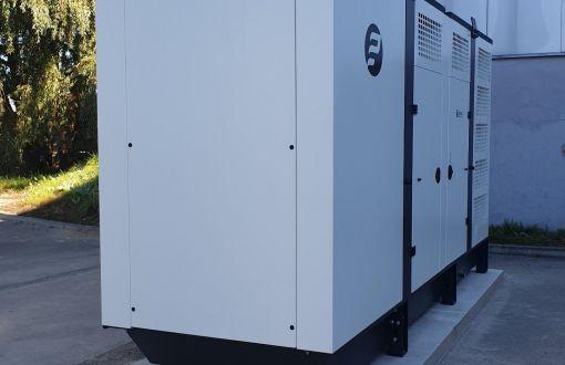 Pristatytas ir įrengtas 300 kVA / 240 kW nominalaus galingumo rezervinio maitinimo šaltinis